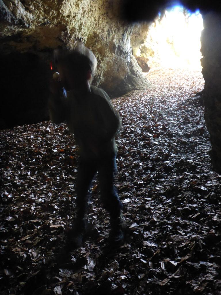 Kind in Höhle, oder ein Höhlentroll?