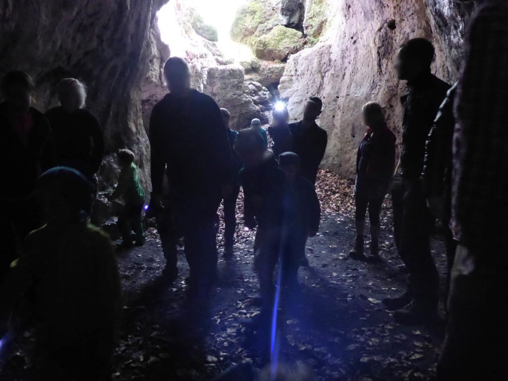 Höhle, die von einer Horde Kinder erforscht wird